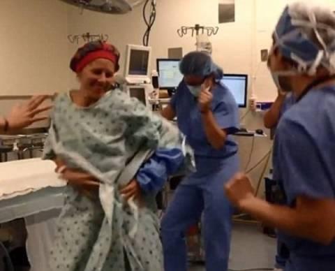 Λίγα λεπτά πριν το χειρουργείο για διπλή μαστεκτομή η Deborah κάνει...