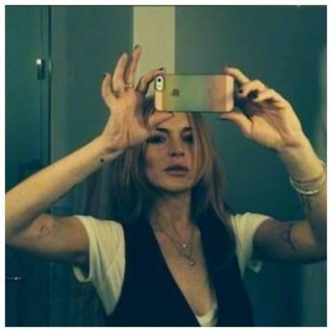 Ποιoν φωτογραφίζει στο κρεβάτι η Lindsay Lohan ενώ κοιμάται;