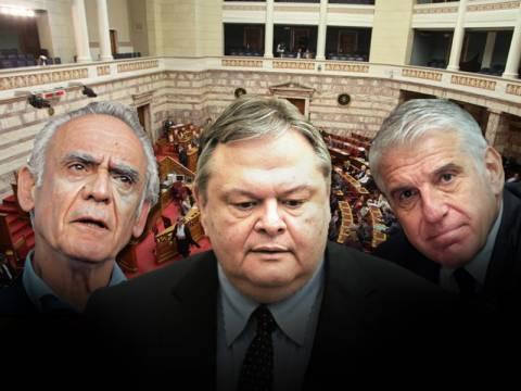 Άκης, Γιάννος και Βενιζέλος απειλούν τη συγκυβέρνηση