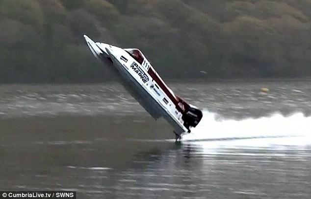 Συγκλονιστικό: Δείτε Powerboat να ανατρέπεται με ταχύτητα 130 μιλίων