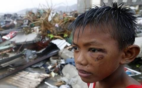 Kαταστροφή, δεκάδες χιλιάδες νεκροί και αγωνία στις Φιλιππίνες (vid)