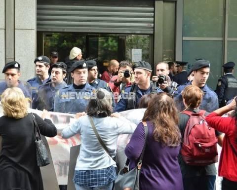 Νέα ένταση έξω από το ΥΠΟΙΚ- Τραυματίστηκε διαδηλώτρια