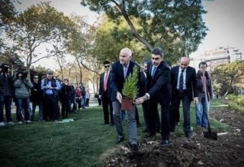 Απίστευτη γκάφα: Ο Παπανδρέου φύτεψε δένδρο μαζί με την γλάστρα (vid)