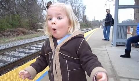 Βίντεο: Ο απίστευτος ενθουσιασμός μιας 3χρονης όταν βλέπει το τρένο!