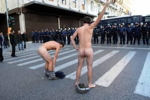 Εκδήλωσαν την διαμαρτυρία τους: «Τα… έδειξαν» μπροστά στα ΜΑΤ (photos)