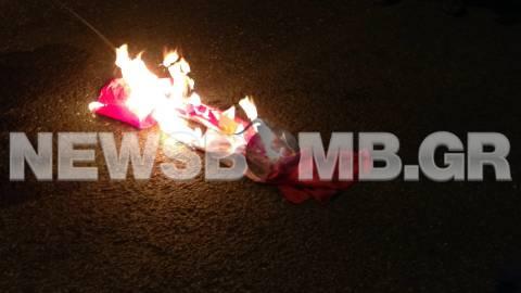 Μέλη της ΑΝΤΑΡΣΥΑ έκαψαν σημαία με τη σβάστιγκα και του ΝΑΤΟ