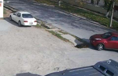 Μπορείς να πέσεις σε λακκούβα σε έναν άδειο δρόμο; Μπορείς! (vid)