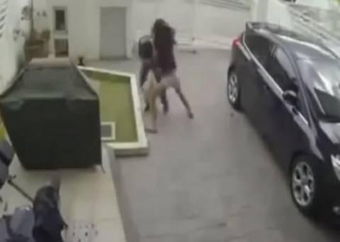 Γυναίκα ρίχνει άγριο ξύλο σε τσαντάκια (Video)