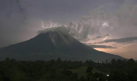 Εκπληκτικές φωτογραφίες από την έκρηξη του ηφαιστείου Σιναμπούνγκ