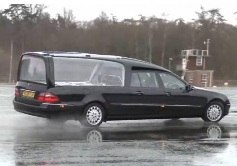 Μπορείς να κάνεις drift με μία νεκροφόρα! (βίντεο)