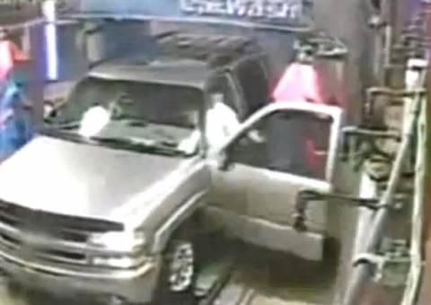 Μεγάλο fail σε πλυντήριο αυτοκινήτων (βίντεο)