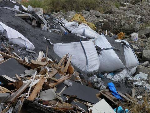 Πέντε συλλήψεις για απόρριψη επικίνδυνων αποβλήτων σε οικόπεδο