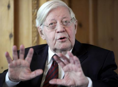 Σμιτ προς Μέρκελ: Το χρέος της Ελλάδας πρέπει να ελαφρυνθεί