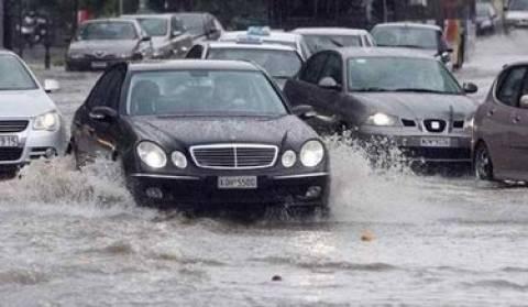 ΤΩΡΑ: Κλειστή η Πειραιώς, μετατράπηκε σε «λίμνη»
