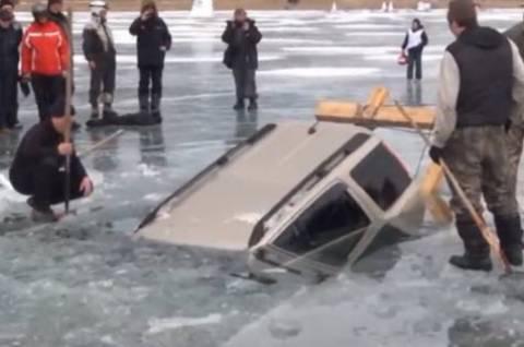 Πώς βγάζεις ένα βυθισμένο σε παγωμένη λίμνη SUV; (βίντεο)