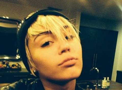 Με ποιον φιλιέται η Miley Cyrus κάτω από τα σκεπάσματα;(φωτο)