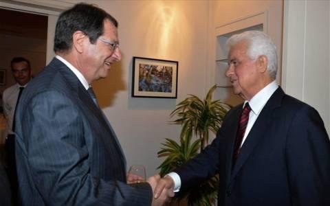 Σε εξέλιξη η άτυπη συνάντηση Αναστασιάδη-Έρογλου το Κυπριακό
