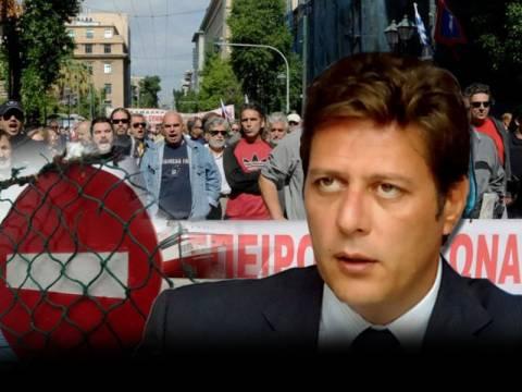 Ο Βαρβιτσιώτης προσπαθεί να καταργήσει την απεργία στην ακτοπλοΐα