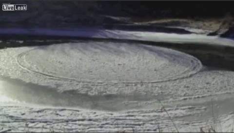 Μοναδικό φαινόμενο: Παγωμένος δίσκος σε... ποτάμι! (βίντεο)