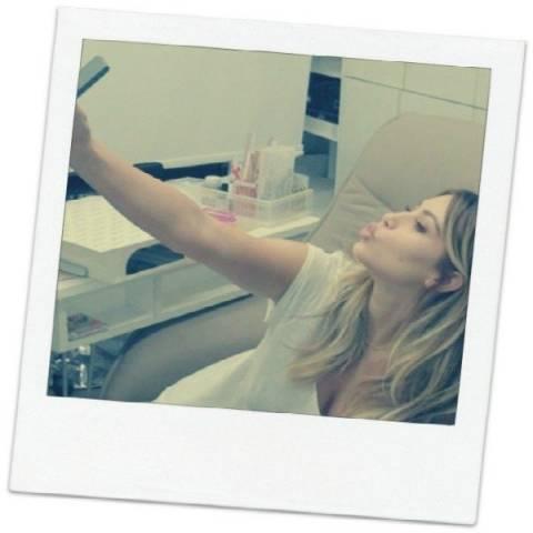 H Kim Kardashian δίνει οδηγίες για να τραβήξετε μια selfie πόζα