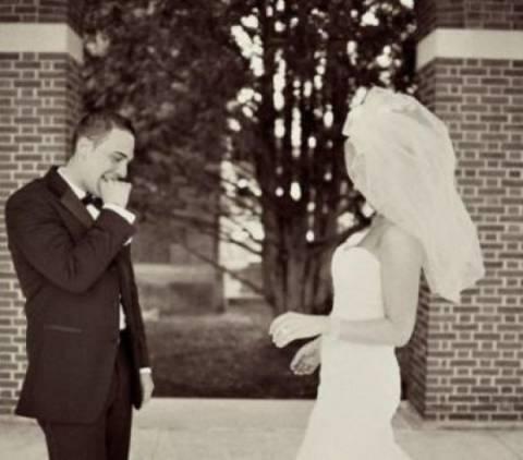 Η αντίδραση του γαμπρού όταν βλέπει τη νύφη! Αξία ανεκτίμητη