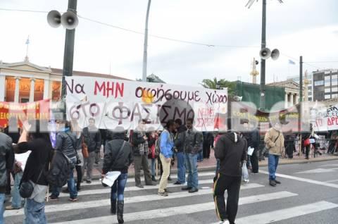 Σε εξέλιξη: Αντιφασιστικό συλλαλητήριο στα Προπύλαια (pics-video)