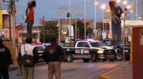 Σοκαριστικές εικόνες: Έμποροι ναρκωτικών κρέμασαν ανήλικες σε γέφυρα