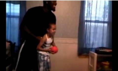 Το πιο εντυπωσιακό κάρφωμα μπάσκετ που θα μπορούσε ένα παιδί (Video)