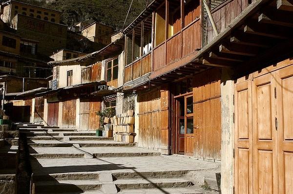 Δείτε ένα χωριό σκαλισμένο σε βουνό (pics)