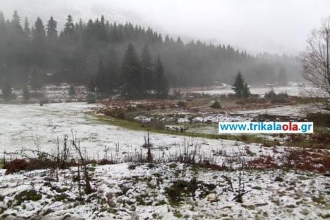 Έπεσαν τα πρώτα χιόνια στα ορεινά των Τρικάλων (pics/vid)
