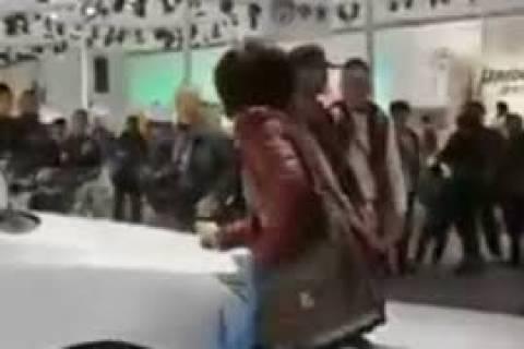 Βίντεο: Μην σου τύχει - Η ζήλια της συζύγου του κόστισε... 24.000 ευρώ