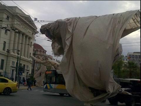 Πειραιάς: Πανό έφυγε από τον άερα και έπεσε πάνω σε καλώδια της ΔΕΗ