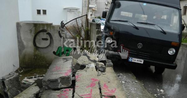 Τρίπολη: Φορτηγάκι έπεσε πάνω σε μάντρα (pic+vid)