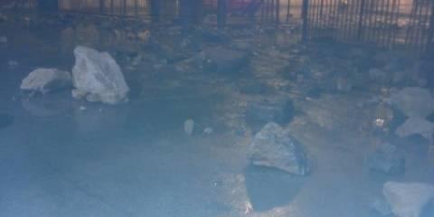 Κρήτη: Τα κύματα «έφεραν» πέτρες