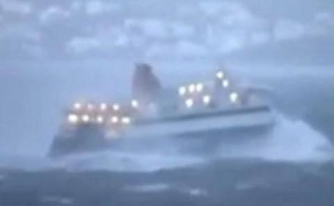 Απίστευτο βίντεο: Μάχη με τα κύματα ανοιχτά της Μυκόνου