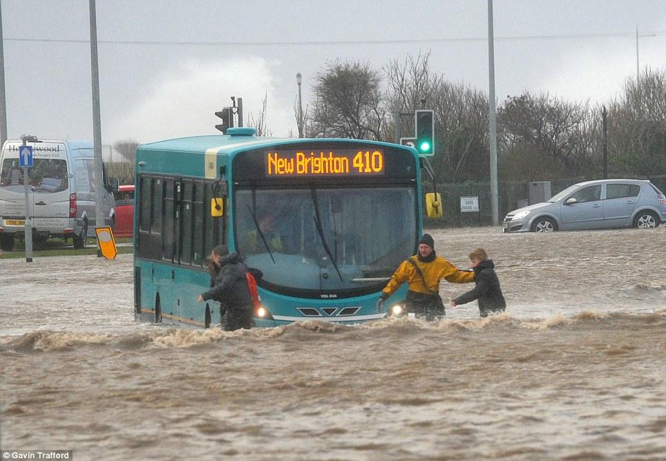 Nεκροί και προβλήματα από την σφοδρή θύελλα στην βορειοδυτική Ευρώπη