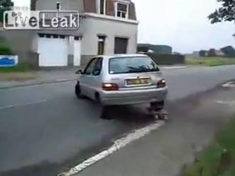 Όταν σκάσει το λάστιχο και δεν έχεις ρεζέρβα... Δεν πειράζει! (βίντεο)