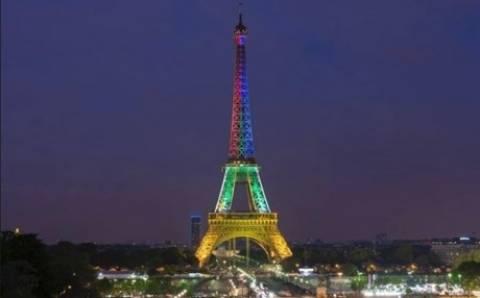 Ο πύργος του Άιφελ φωτίστηκε στη μνήμη του Μαντέλα