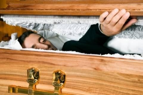 Τραγικό λάθος σε κηδεία στην Φθιώτιδα: Έβαλαν στο φέρετρο...