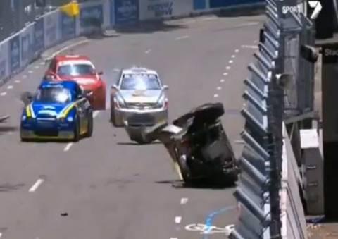 Απίστευτο ατύχημα σε αγώνα ταχύτητας στην Αυστραλία (βίντεο)