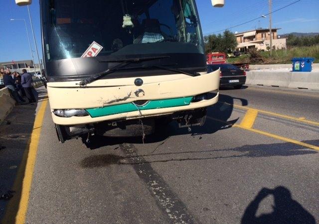 Σφοδρή σύγκρουση λεωφορείου ΚΤΕΛ με ΙΧ στο Αγρίνιο (pics+video)