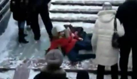 Απίστευτες τούμπες σε παγωμένη σκάλα (βίντεο)