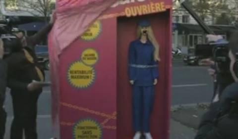 Μη κυβερνητικές οργανώσεις παρουσίασαν μια «Μπάρμπι εργάτρια»