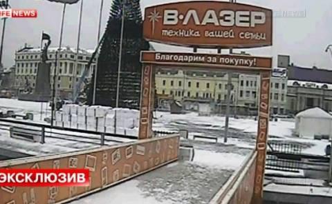 Το χριστουγεννιάτικο δέντρο στο Βλαδιβοστόκ έφαγε τούμπα! (βίντεο)