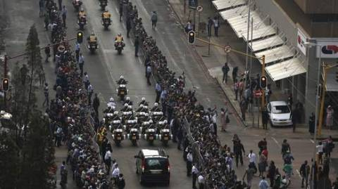 Βίντεο: Σε λαϊκό προσκύνημα η σορός του Νέλσον Μαντέλα