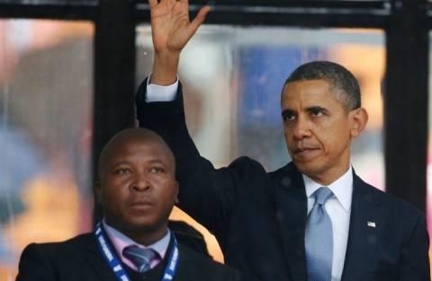 «Απατεώνας» ο διερμηνέας της νοηματικής στην τελετή για τον Μαντέλα