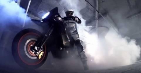 Σπινάρισμα και Burnout και των δυο τροχών σε Moto