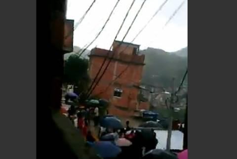 Βίντεο-σοκ: Διώροφο κτίριο πέφτει σε γκρεμό στη Βραζιλία