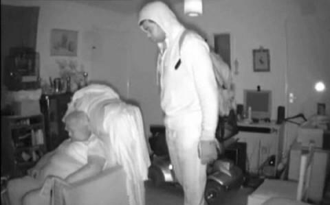 Ανατριχιαστικό βίντεο: Κοιμόταν και ο κλέφτης στεκόταν από πάνω της