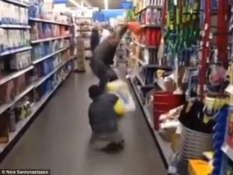 Βίντεο: Έφηβος που γεννήθηκε χωρίς πόδια κάνει τρομακτική φάρσα!